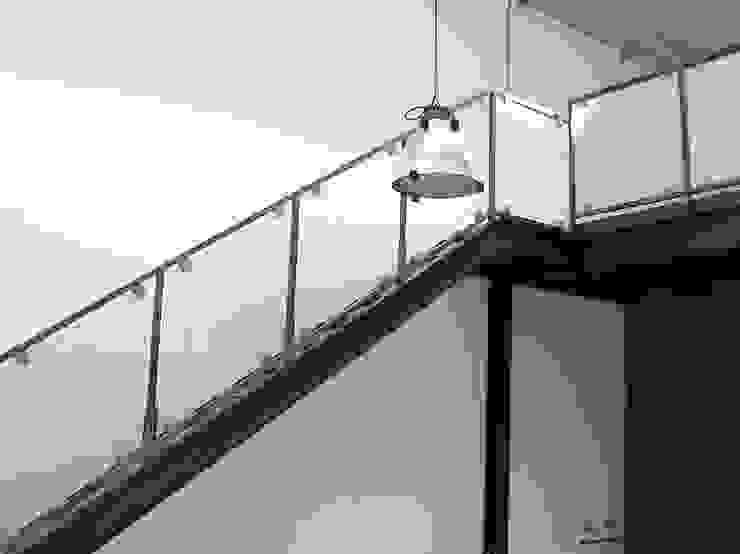 Loft Ingresso, Corridoio & Scale in stile industriale di Arch. Dario Nespoli Industrial