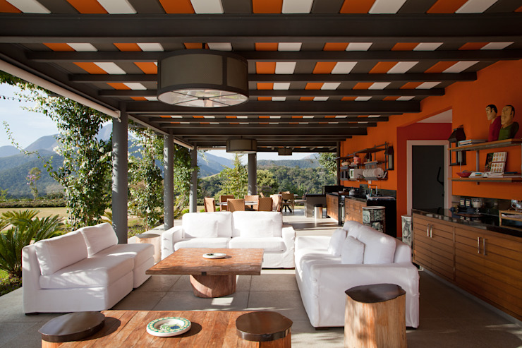 de estilo tropical por Chicô Gouvêa - Arquitetura, Tropical