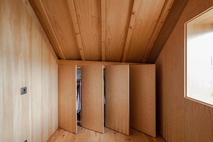 The Three Cusps Chalet 에클레틱 드레싱 룸 by Tiago do Vale Arquitectos 에클레틱 (Eclectic)
