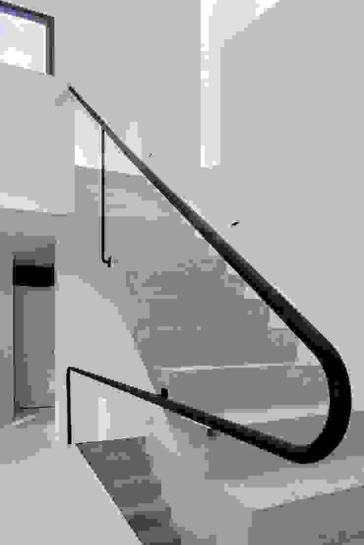 Couloir, entrée, escaliers minimalistes par AT103 Minimaliste