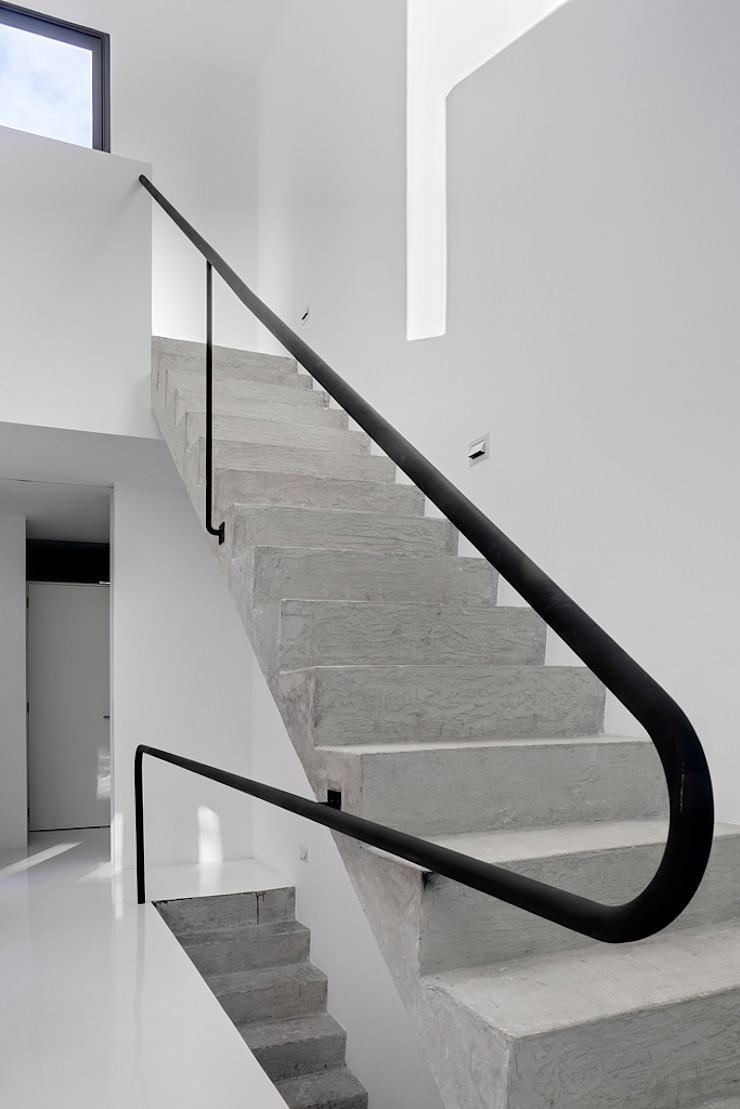 Minimalist corridor, hallway & stairs by AT103 Minimalist