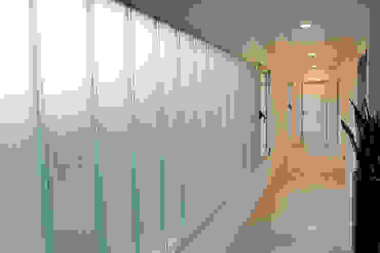 Koridor & Tangga Minimalis Oleh ESTUDIO GEYA Minimalis