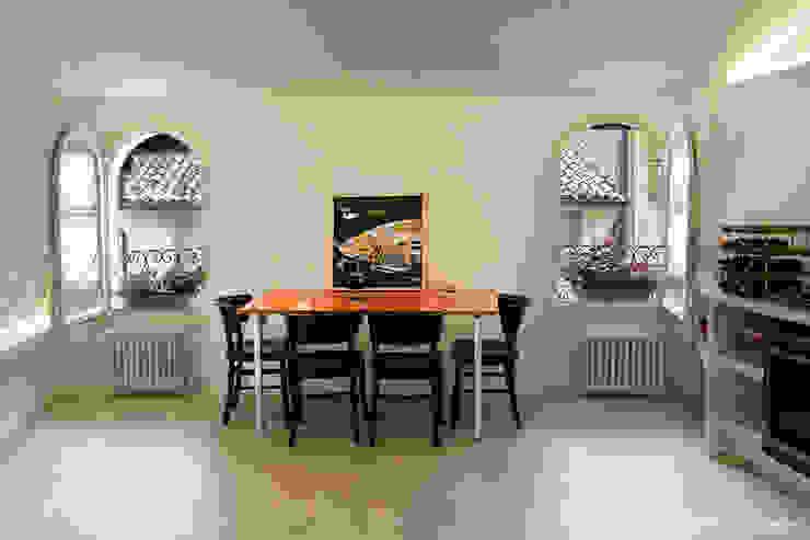Minimalist dining room by moovdesign Minimalist