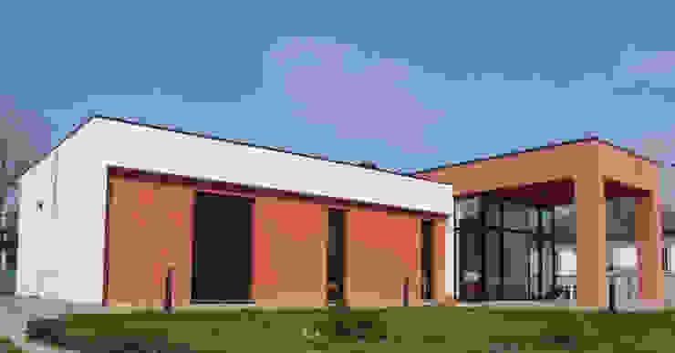 Vista exterior zona dormitorios Casas de estilo moderno de KM Arquitectos Moderno