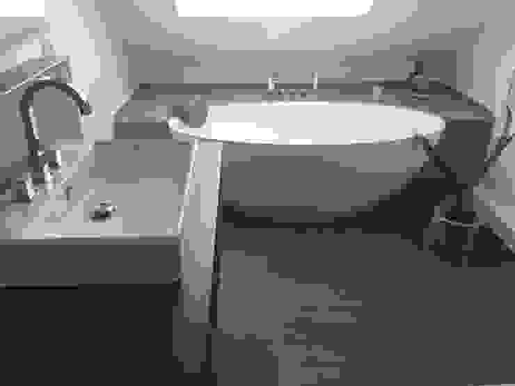 浴室 by Badeloft GmbH - Hersteller von Badewannen und Waschbecken in Berlin, 現代風