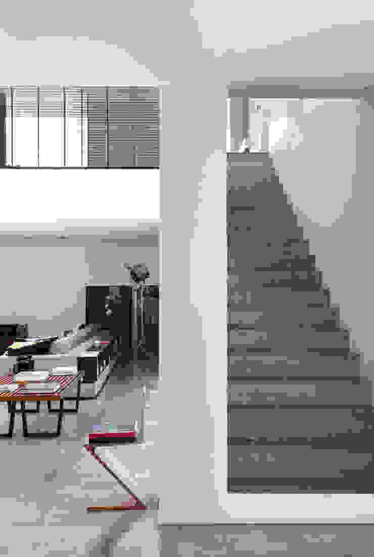 LA HOUSE Salas de estar modernas por STUDIO GUILHERME TORRES Moderno