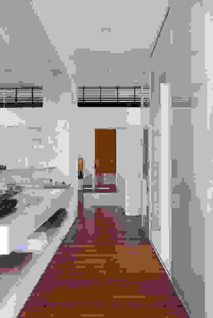 LA HOUSE Banheiros modernos por STUDIO GUILHERME TORRES Moderno
