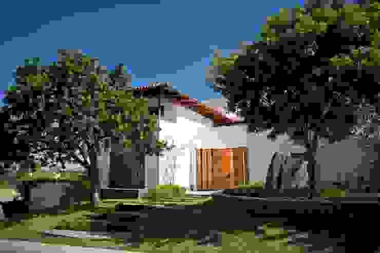 Fachada a la calle Casas de estilo moderno de Taller Luis Esquinca Moderno