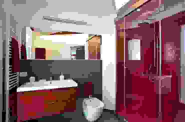 Casa L Bagno moderno di Laboratorio di Progettazione Claudio Criscione Design Moderno
