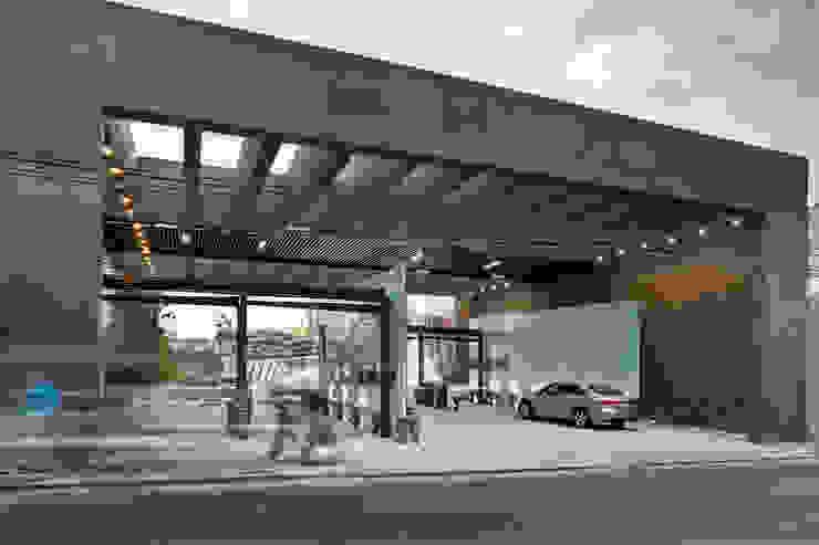 Puente Vidalta Paredes y pisos de estilo moderno de Serrano Monjaraz Arquitectos Moderno