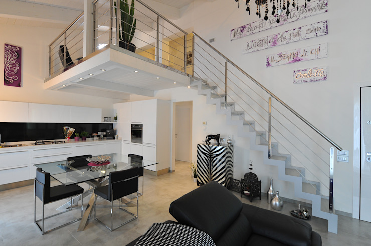 Realizzazioni Ingresso, Corridoio & Scale in stile moderno di Tecnoscale Moderno