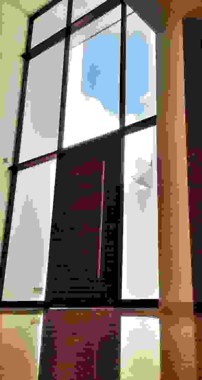 Casa Jurica Puertas y ventanas modernas de REM Arquitectos Moderno