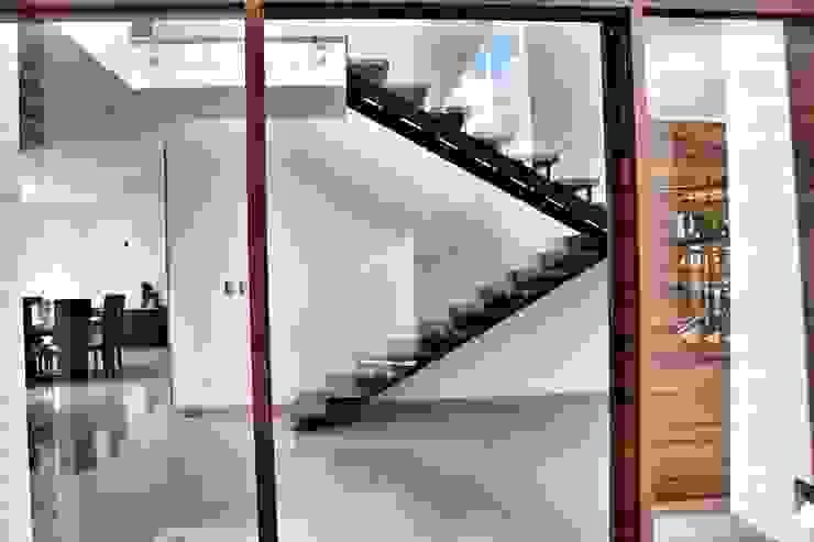 Casa Jurica Pasillos, vestíbulos y escaleras modernos de REM Arquitectos Moderno