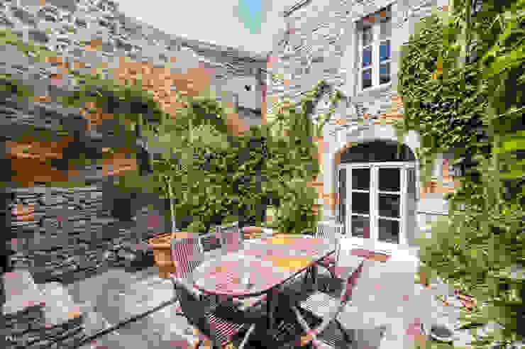 Une maison de village pas comme les autres Balcon, Veranda & Terrasse rustiques par Pixcity Rustique