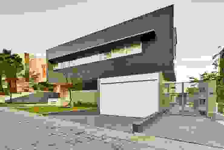 fachada Casas de estilo minimalista de Excelencia en Diseño Minimalista