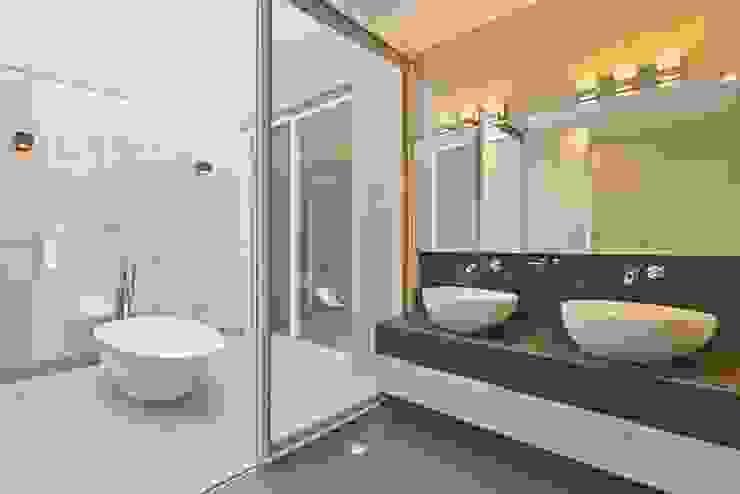 Baños de estilo  por Excelencia en Diseño,