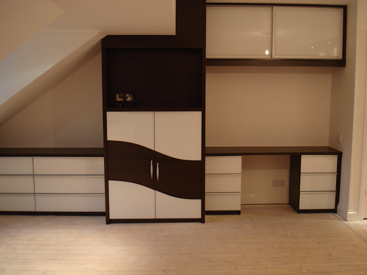 Chocolate wave sliding wardrobe doors di Sliding Wardrobes World Ltd Moderno