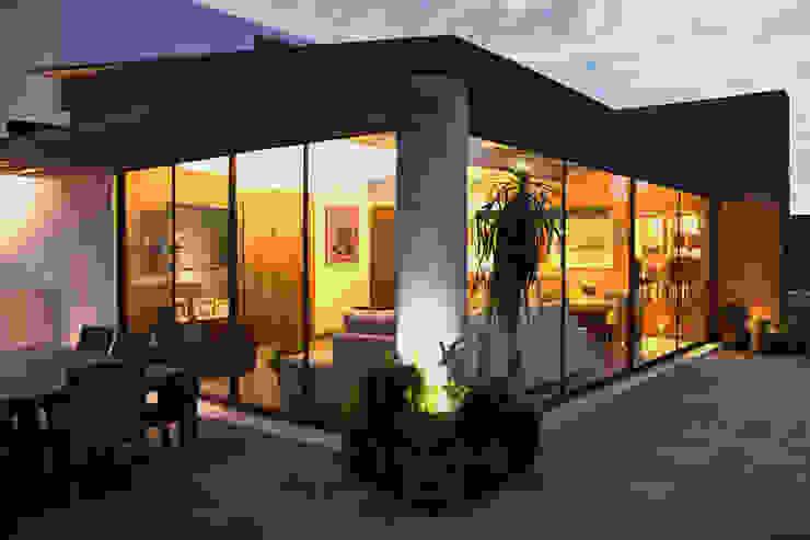 P.H. Bosque de Tejocotes.: Terrazas de estilo  por REM Arquitectos, Moderno