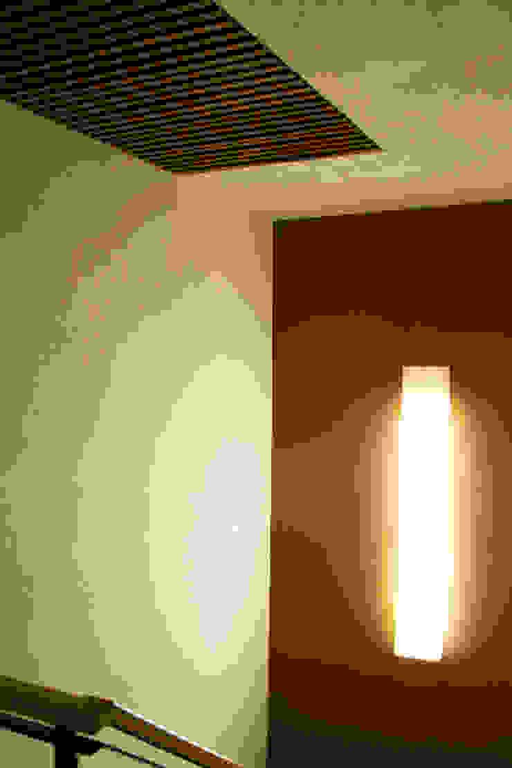 P.H. Bosque de Tejocotes. Pasillos, vestíbulos y escaleras modernos de REM Arquitectos Moderno