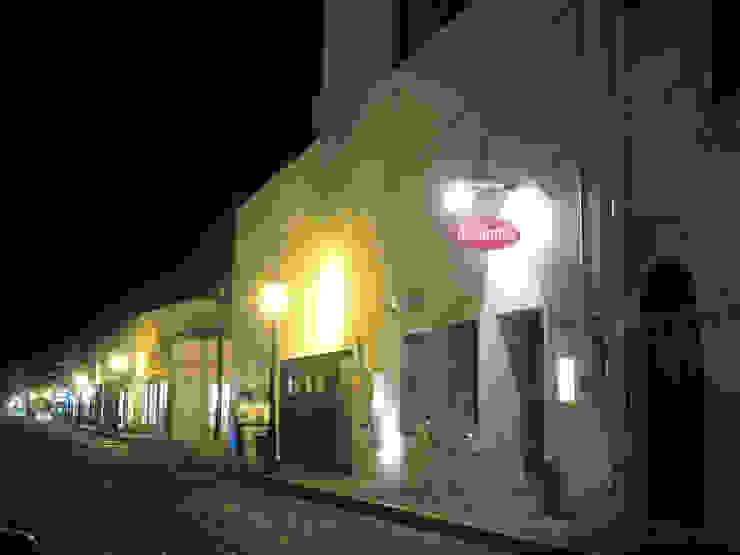 Fachada por calle Hidalgo, que incluye el restaurante preexistente de Taller Luis Esquinca Minimalista