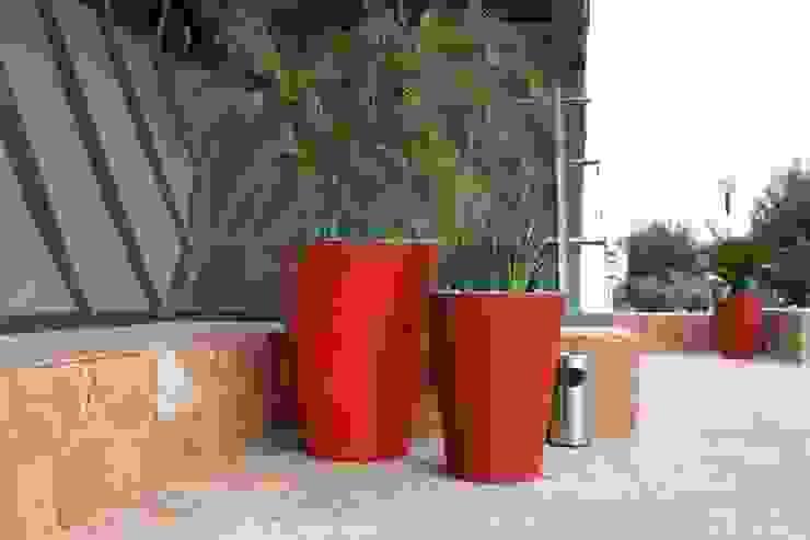 Macetas Vasos Redondos Rojos en Corporativo :  de estilo  por FIBERLAND, Minimalista