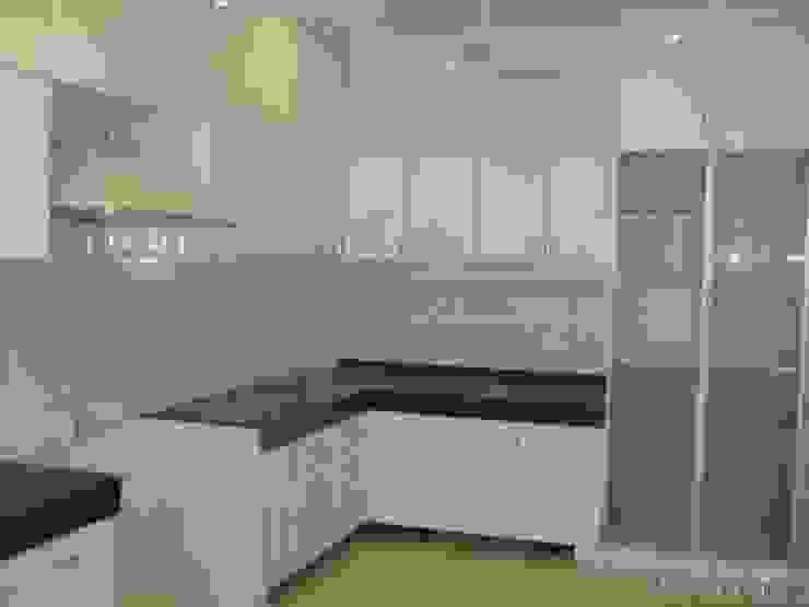 Kitchen in Black and White Modern kitchen by homify Modern