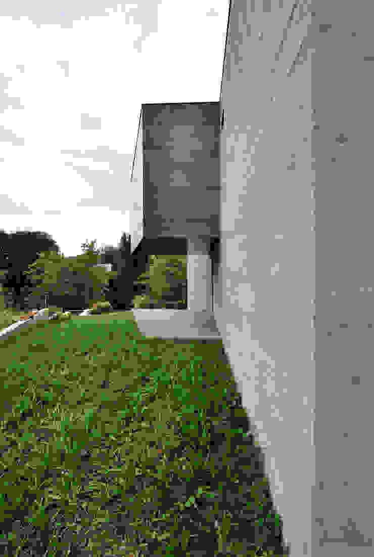 VUE DE L'ENTREE Maisons minimalistes par js2 Minimaliste