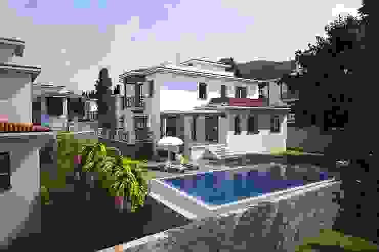 ÖZYALÇIN CONSTRUCTION Casas de estilo clásico