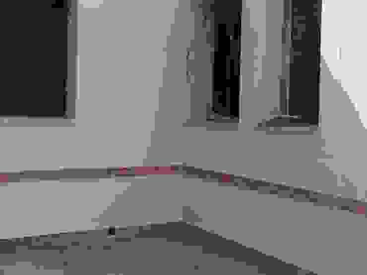 Rustic style garage/shed by TU REFORMA EN MADRID Rustic