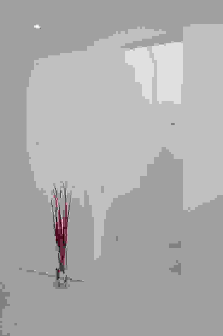 Pasillos, vestíbulos y escaleras de estilo moderno de VALERI.ZOIA Architetti Associati Moderno