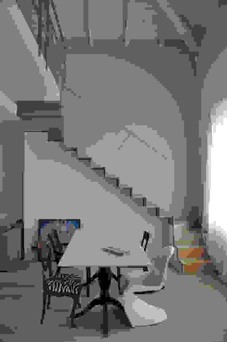 casa ELE Ingresso, Corridoio & Scale in stile moderno di PAOLO CAPRIGLIONE ARCHITETTO Moderno