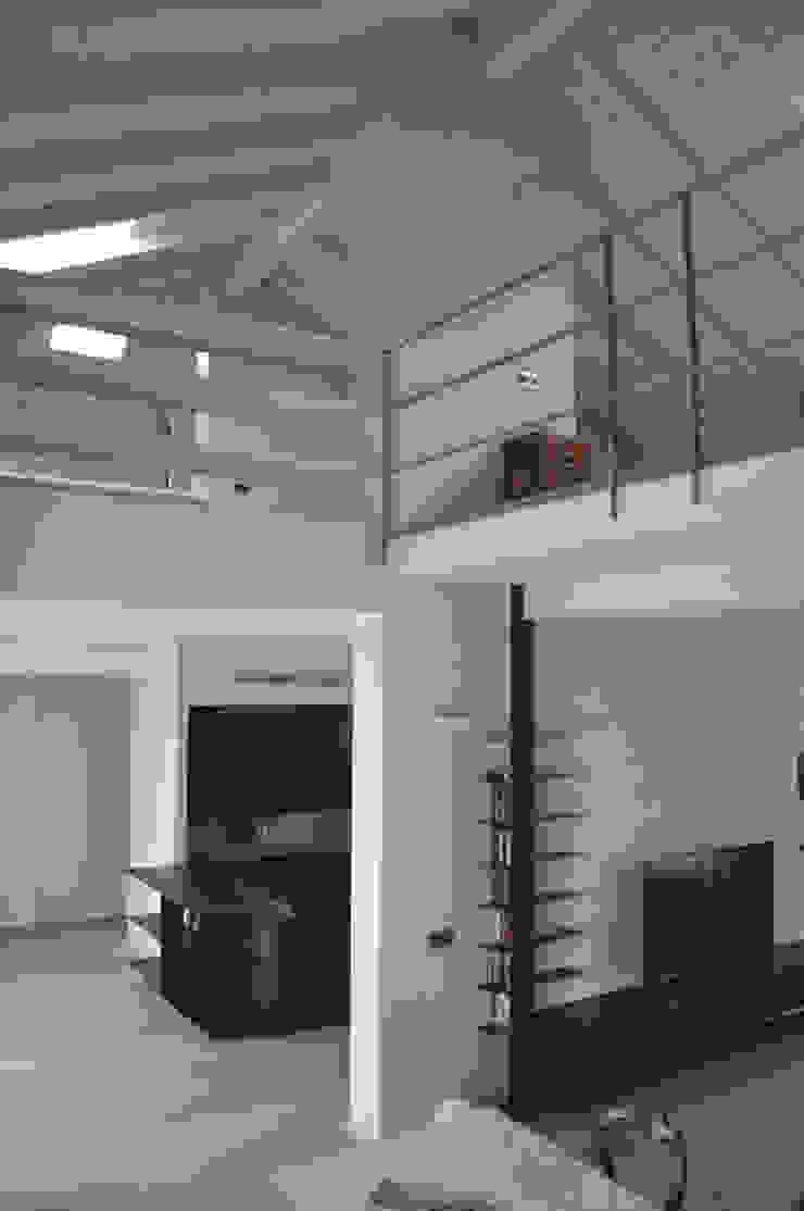 casa ELE Pareti & Pavimenti in stile moderno di PAOLO CAPRIGLIONE ARCHITETTO Moderno