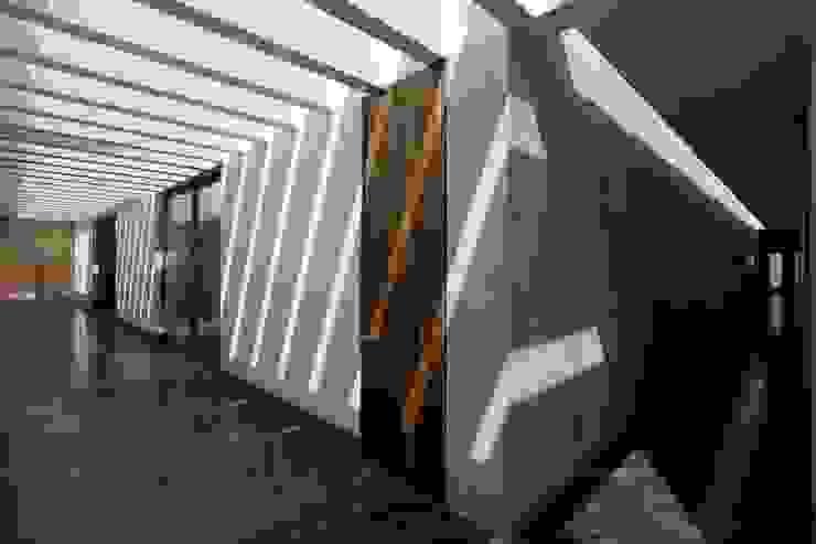 CASA CG Pasillos, vestíbulos y escaleras de estilo moderno de homify Moderno