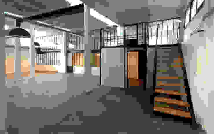 Une agence de design 1200 m² + ateliers packaging Bureau moderne par T design architecture Moderne