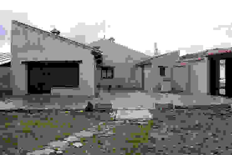 Vivienda en torno a un patio Casas de estilo rural de Ear arquitectura Rural