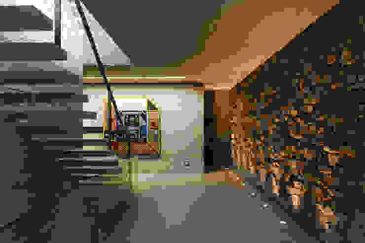 Pasillos y recibidores de estilo  por Studio MK27