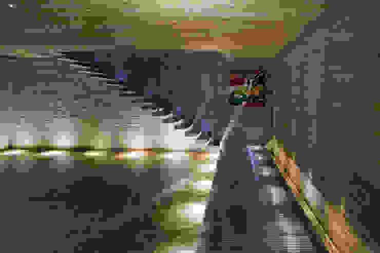Studio MK27 Pasillos, vestíbulos y escaleras modernos