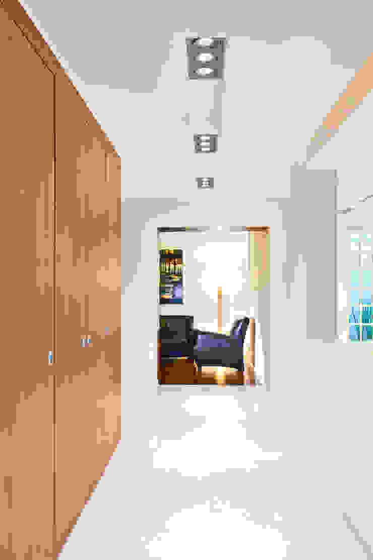ARQUITECTURA EN PROCESO Pasillos, vestíbulos y escaleras de estilo minimalista
