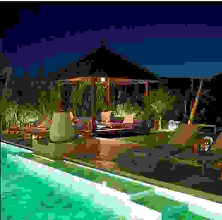 Vườn phong cách nhiệt đới bởi comprar en bali Nhiệt đới Gỗ Wood effect