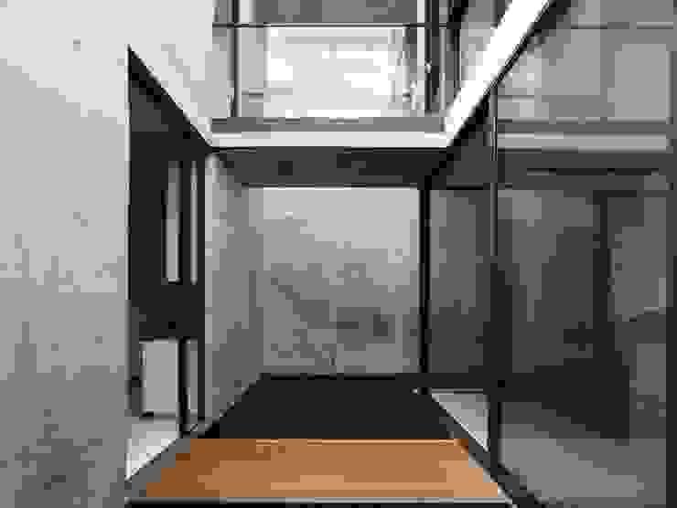 Pasillos, vestíbulos y escaleras de estilo moderno de HYLA Architects Moderno