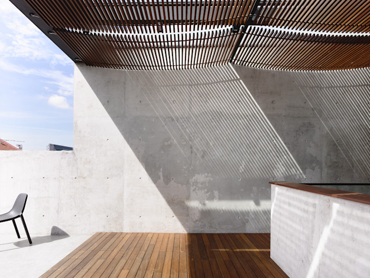 Well of Light:  Terrace by HYLA Architects,
