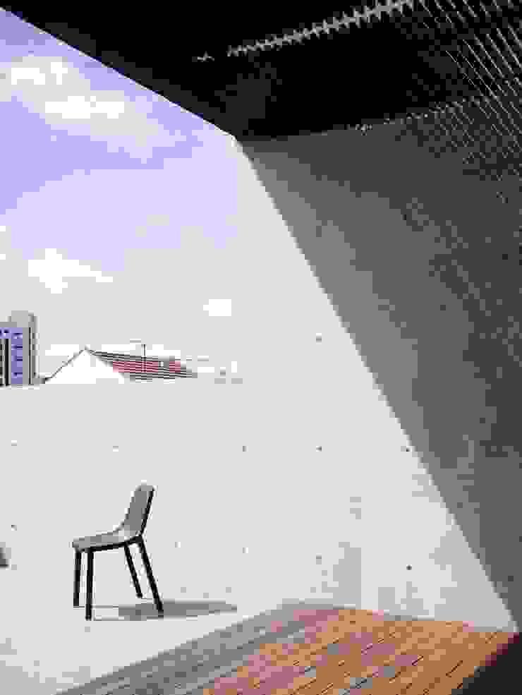 Balcones y terrazas de estilo moderno de HYLA Architects Moderno