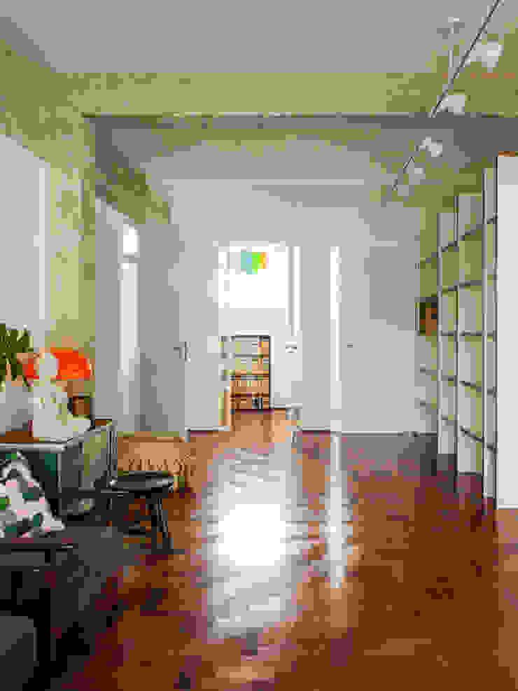 Residência Maranhão Mauricio Arruda Design Corredores, halls e escadas ecléticos
