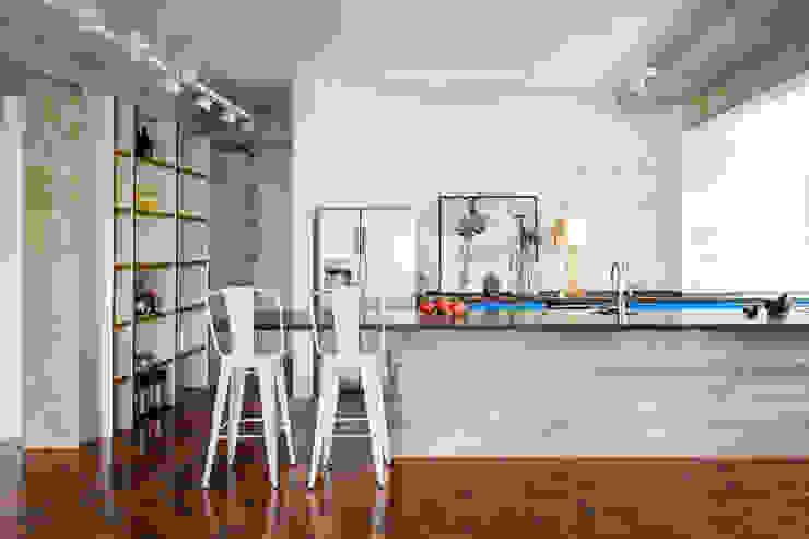 Cucina eclettica di Mauricio Arruda Design Eclettico