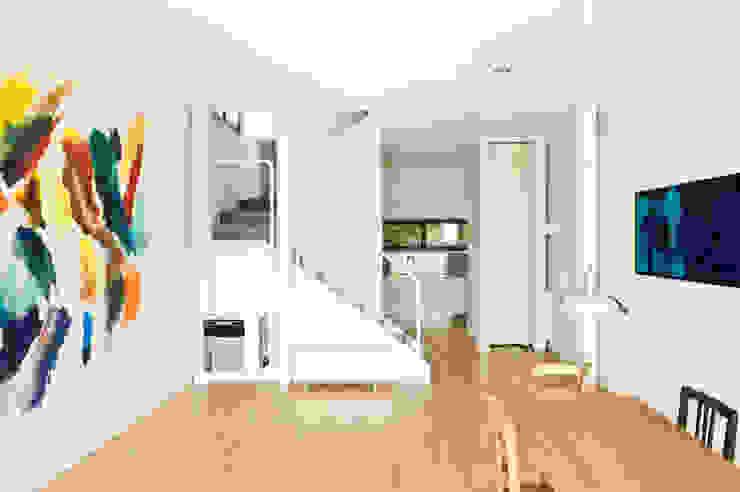 comedor, cocina y subida a salón privado Pasillos, vestíbulos y escaleras de estilo minimalista de hollegha arquitectos Minimalista