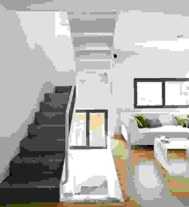 salón y escalera Pasillos, vestíbulos y escaleras de estilo minimalista de hollegha arquitectos Minimalista