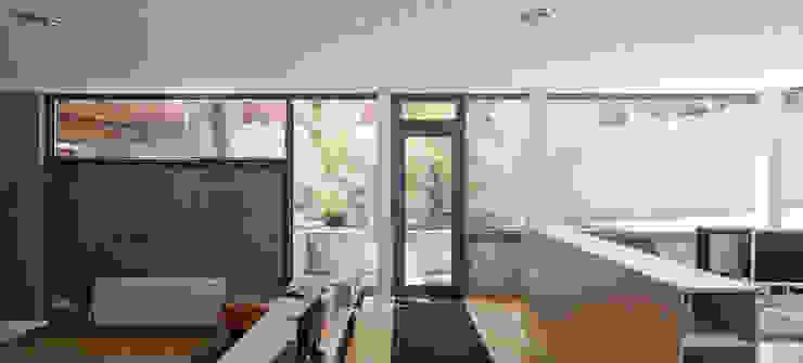 estudio Puertas y ventanas de estilo minimalista de hollegha arquitectos Minimalista