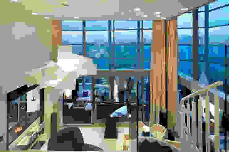 El mar en casa Puertas y ventanas de estilo mediterráneo de Molins Design Mediterráneo