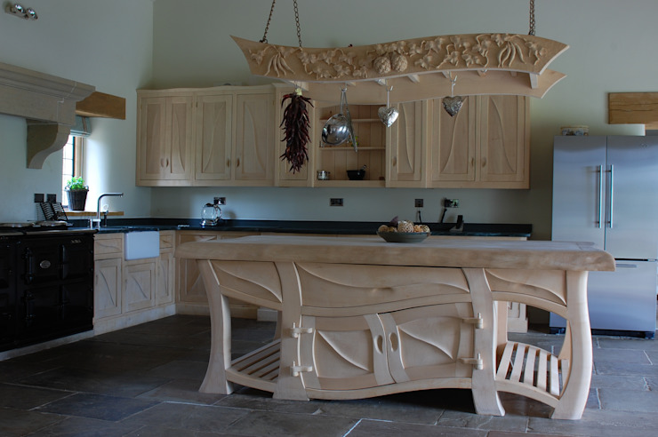 Manor house sculptural kitchen Carved Wood Design Bespoke Kitchens. CocinaEstanterías y gavetas