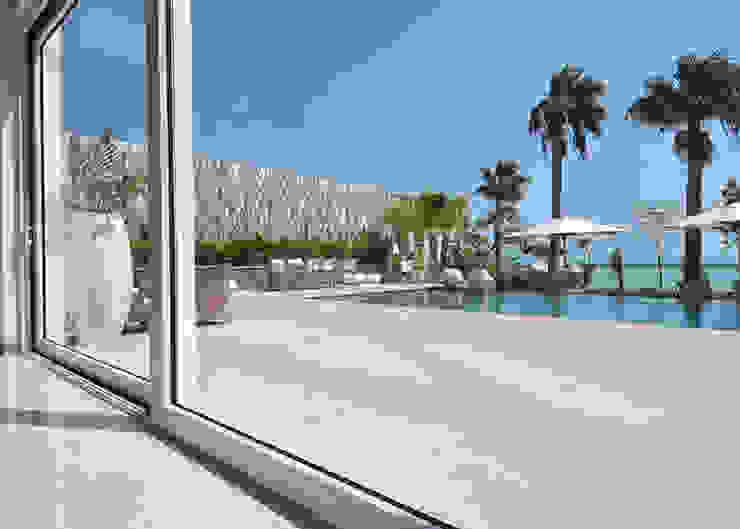 Un'architettura di cristallo, di acqua e di luce. Piscina moderna di Lo Studio Mammini Candido Moderno